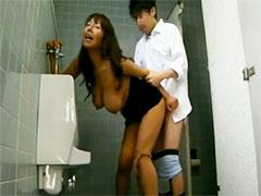 学校のトイレでセックス