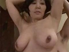 熟女の黒い乳首
