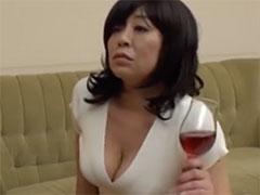 巨乳を強調する熟女