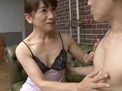 乳首を舐めるおばさん