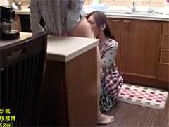 台所で口でするお母さん