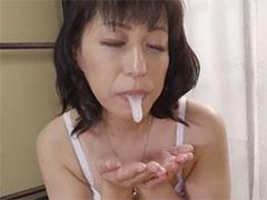 口からザーメンを垂らす熟女