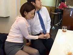 喫茶店で手コキする人妻