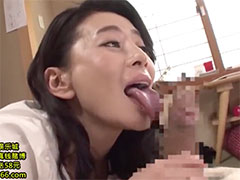 長い舌でチンポを舐めるおばさん