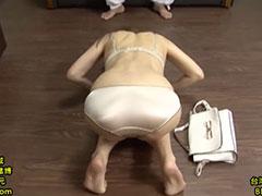 下着姿で土下座する母親