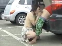 駐車場でフェラ抜きしてるおばさん