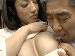 人妻のエロい勃起乳首