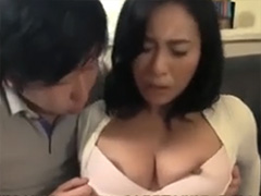 熟女のブラからはみ出てる乳首