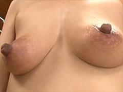 熟女のやらしい勃起乳首